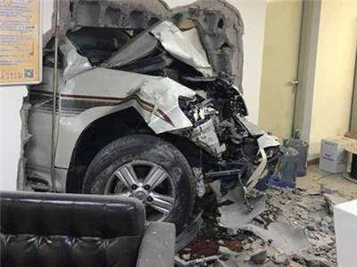 华贸女司机撞了个大窟窿,新手的刹车技巧资讯生活